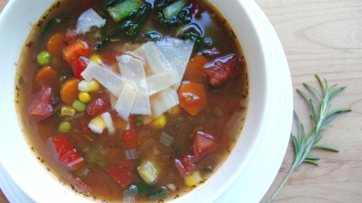 Tout jeune adulte qui quitte le nid familial devrait savoir préparer de la soupe aux légumes, selon Lesley Chesterman.