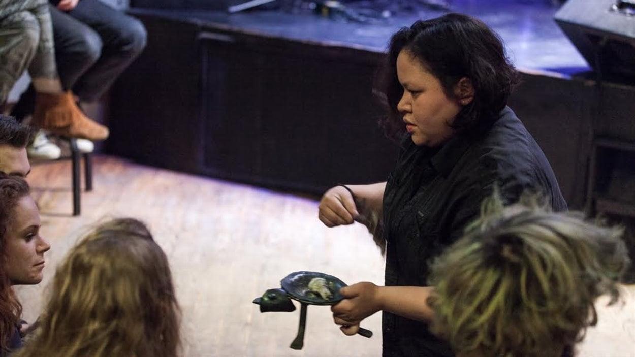 Marly Fontaine en pleine performance avec son oeuvre « Résilience».