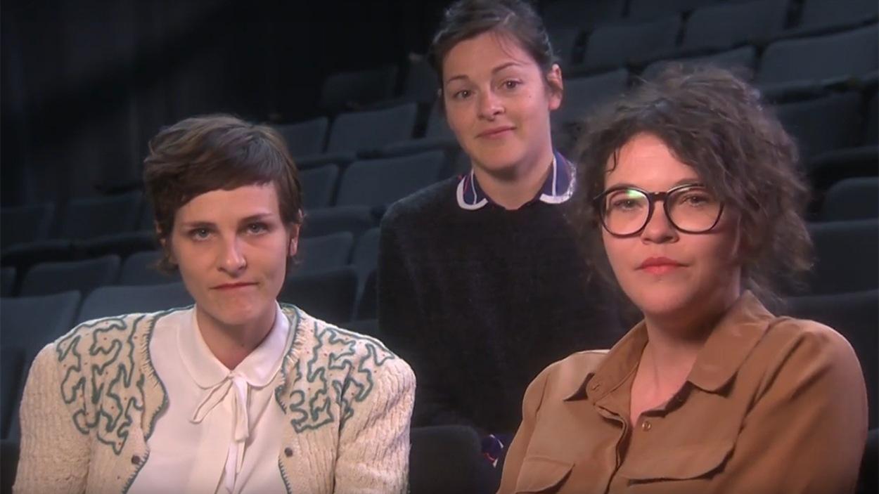 Trois figures de la pièce <i>Gamètes</i> : les comédiennes Dominique Leclerc et Annie Darisse avec la metteure en scène Sophie Cadieux (derrière)