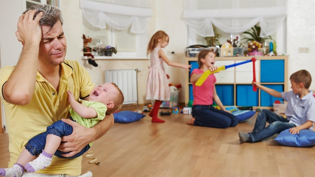 Un papa épuisé avec ses enfants