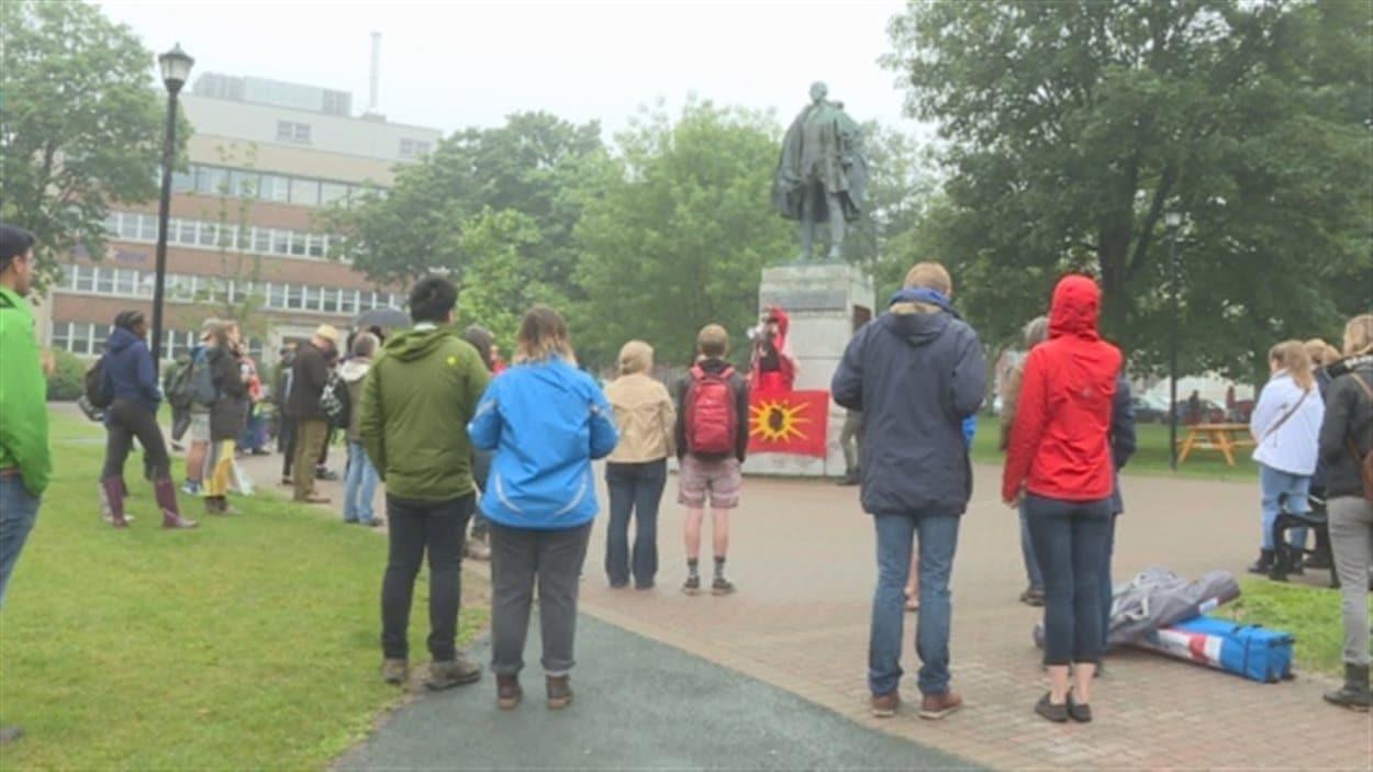 Manifestation devant le monument de Cornwallis.