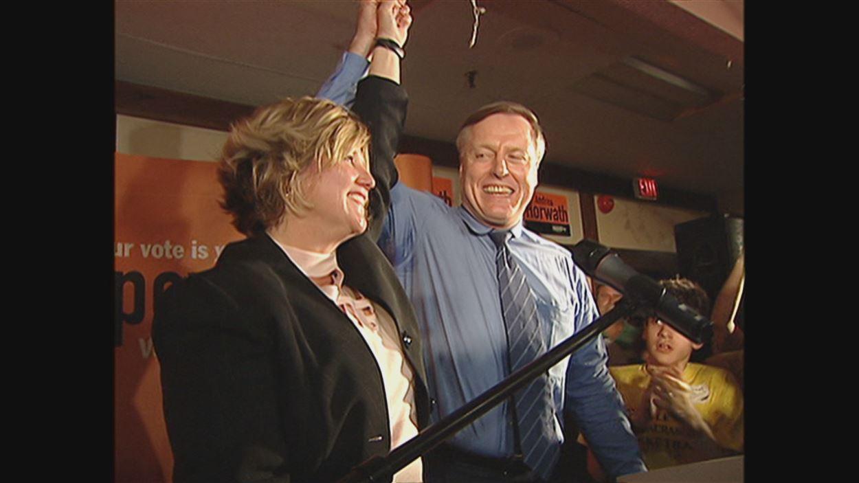 Deux personnes sur un podium