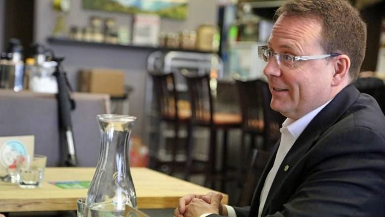 Le chef du Parti vert, Mike Schreiner assis à une table Provincial Green Party leader Mike Schreiner stopped in Windsor on Thursday during his tour of southwestern Ontario. (Derek Spalding/CBC)