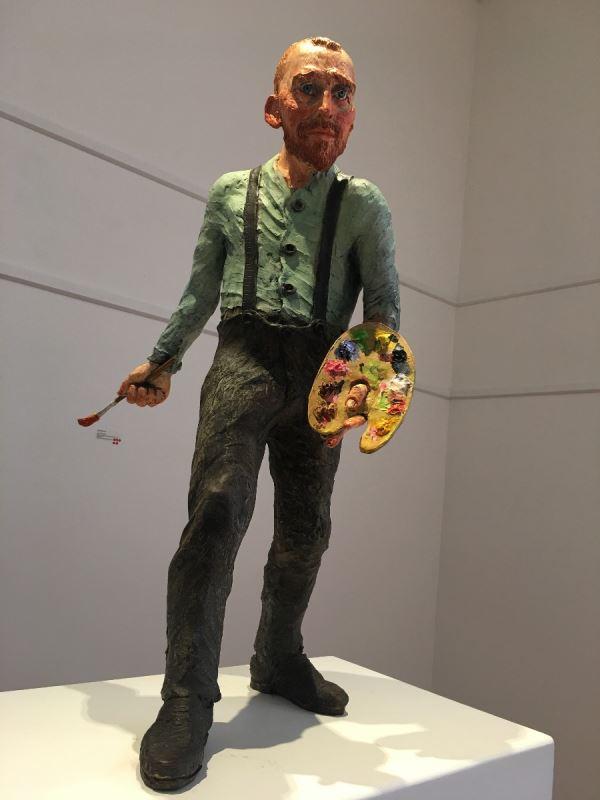 Une sculpture représentant un homme