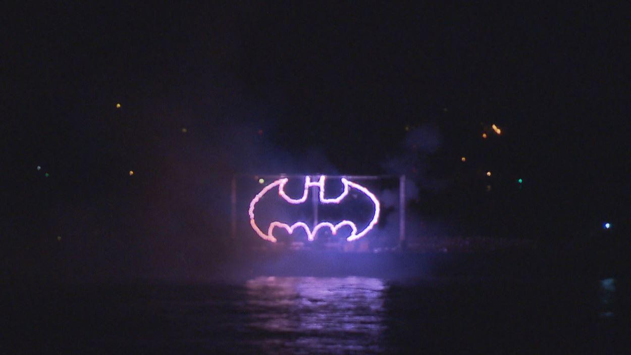 Des feux d'artifice illustre le symbole de Batman.