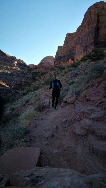 Un homme qui court dans le désert de l'Utah.