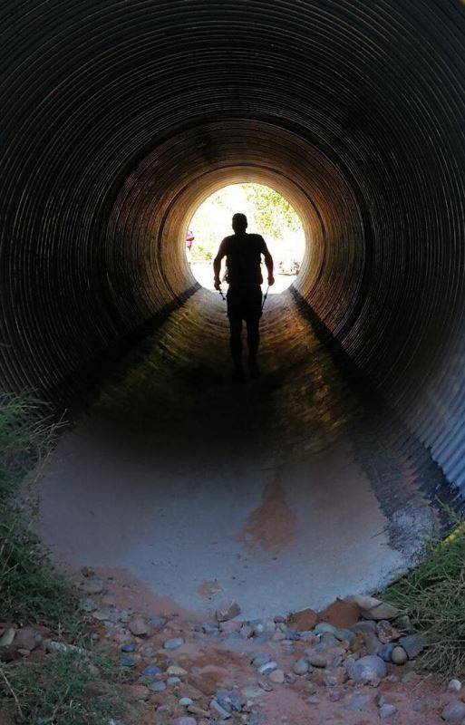 Un homme qui marche dans un tunnel