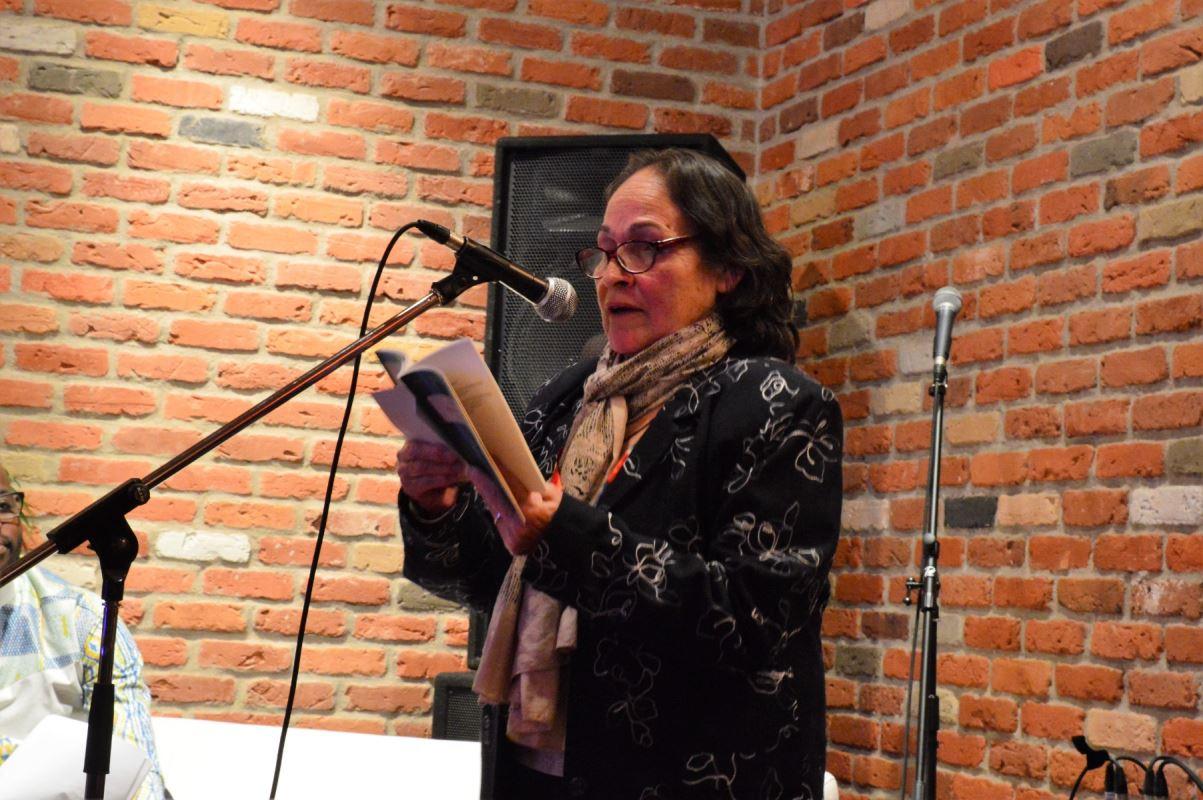 Une femme faisant une lecture.
