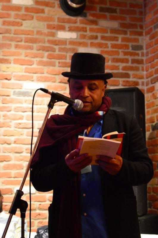 Une homme avec un chapeau faisant une lecture.