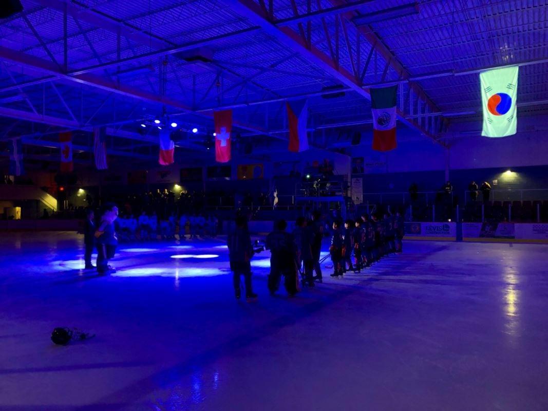 Deux équipes de hockey face à face sur la glace avant le match.