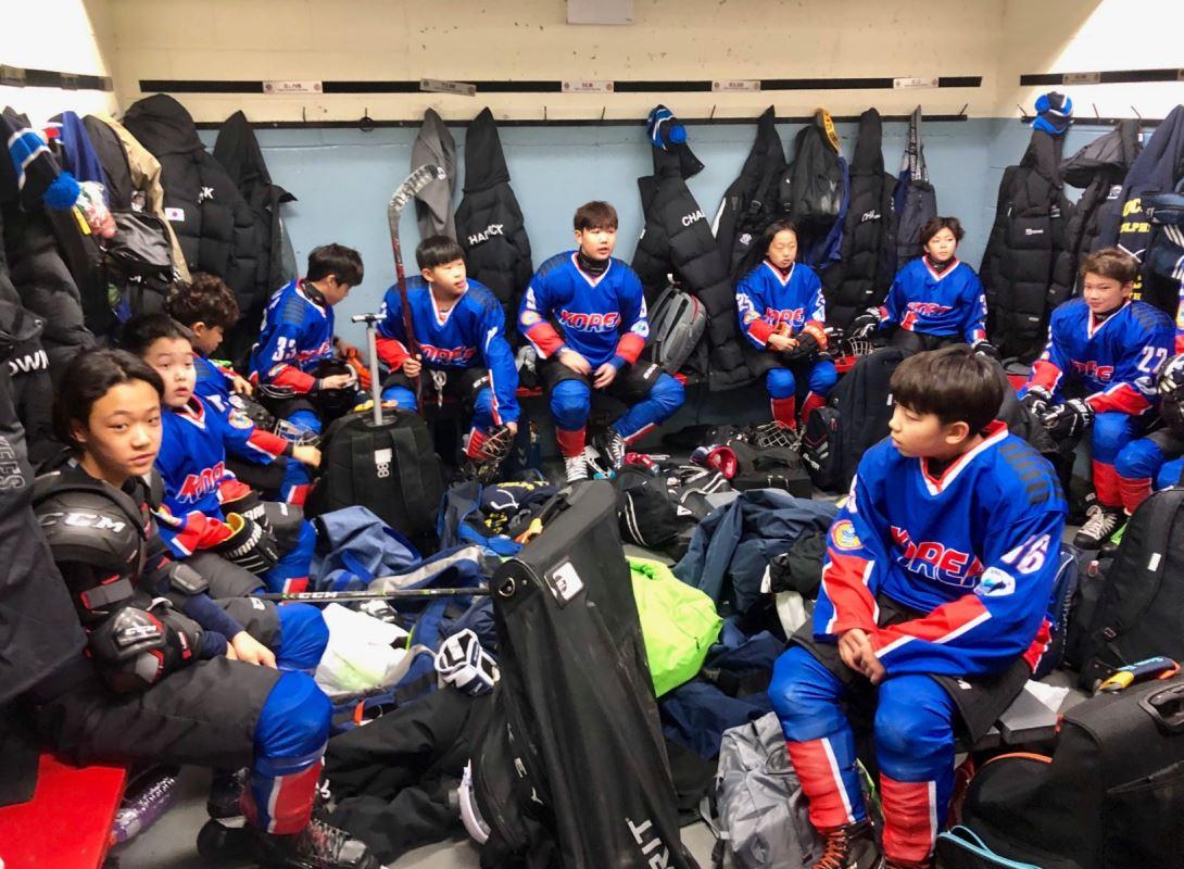 Des jeunes hockeyeurs de la Corée du Sud dans la chambre des joueurs.