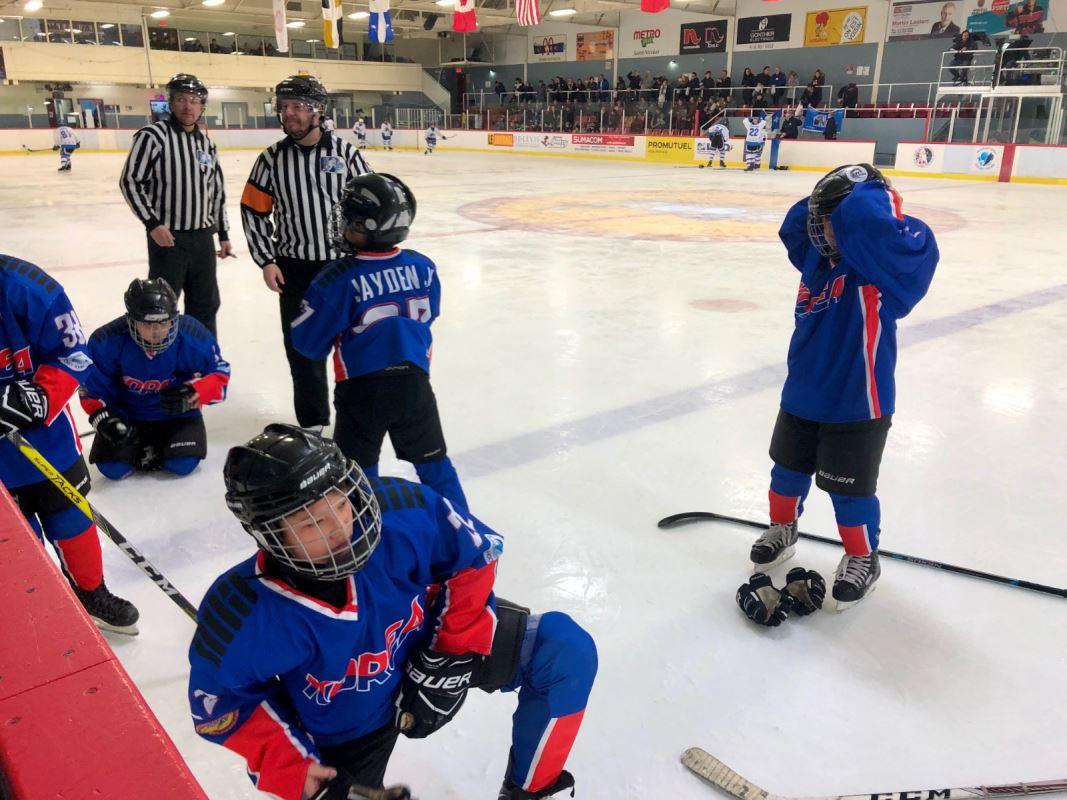 Des joueurs de hockey sur a glace avant leur match.