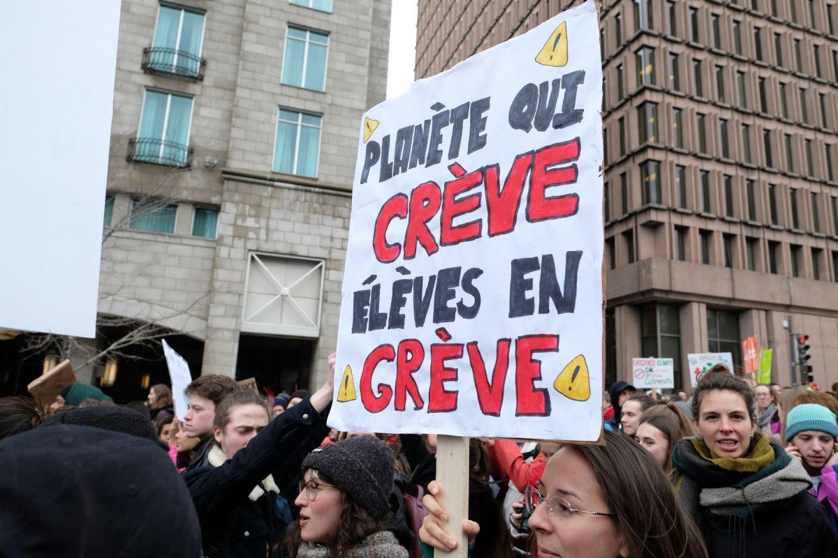 Une pancarte sur laquelle il est inscrit « Planète qui crève, élèves en grève »