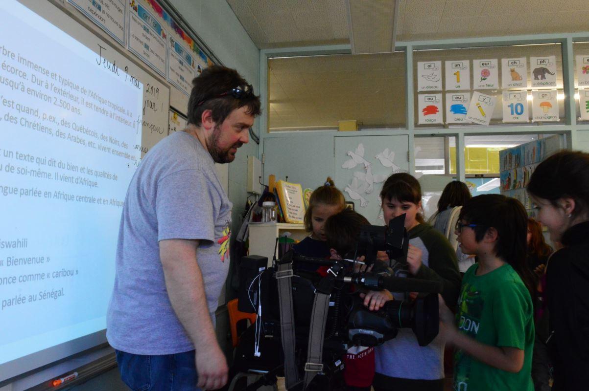 un caméraman partage son expérience avec des enfants