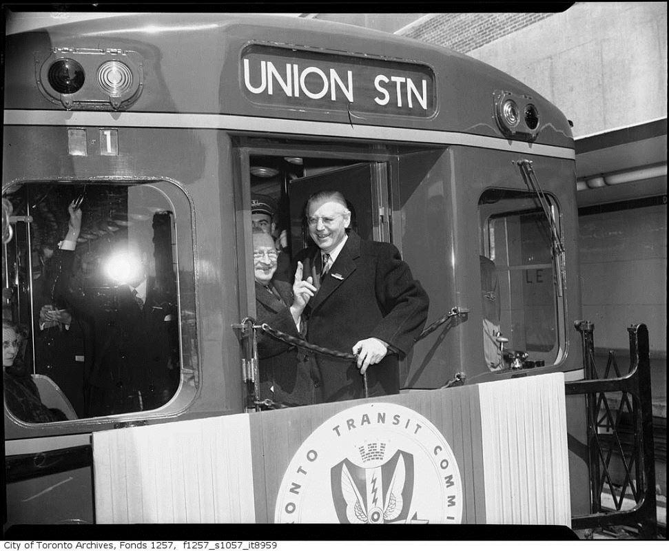 Un conducteur du métro de Toronto dans son wagon.