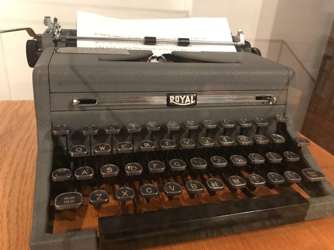 Gros plan sur une petite machine à écrire d'époque.