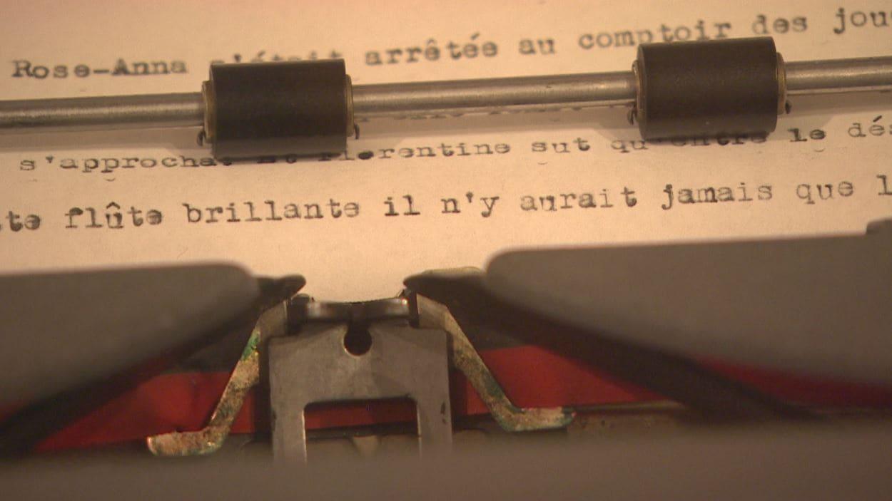 Gros plan sur les feuilles dans la machine à écrire.