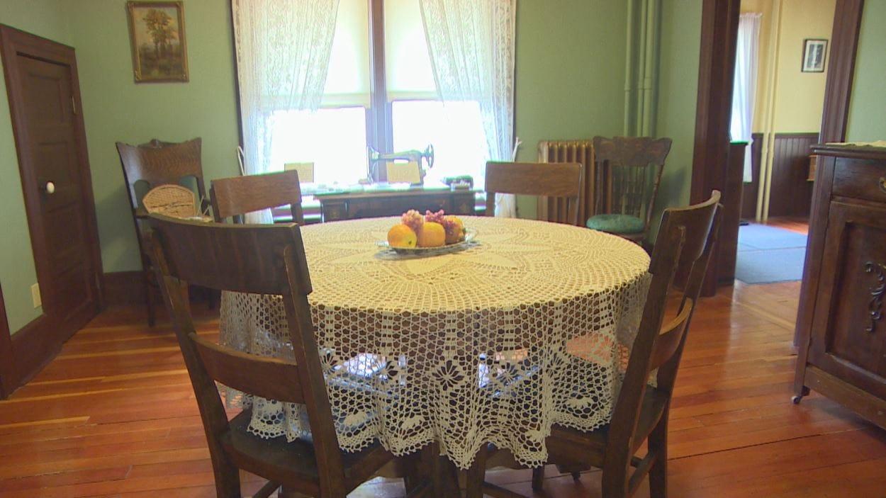 Une salle à manger avec une table circulaire.
