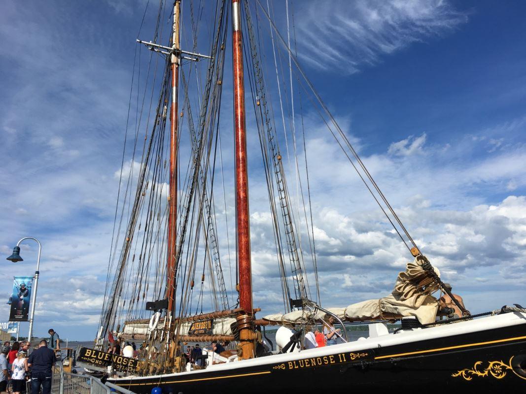 Le Bluenose 2 accosté au port de Trois-Rivières, avec des visiteurs à bord.