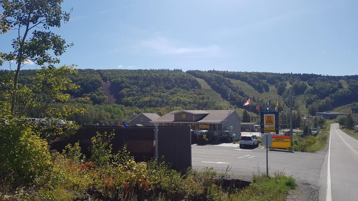 Vue générale des pentes de ski du parc du Mont Saint-Mathieu, la nouvelle est à droite de l'image.