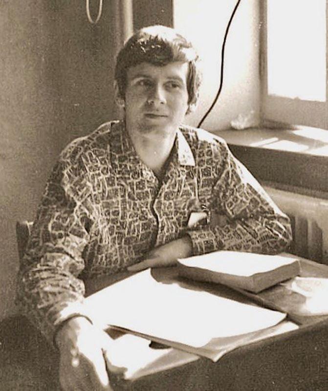 En 1970, Claude Saucier a 21 ans. Il entame des études universitaires en enseignement de l'histoire à Montréal, mais il « s'emmerde » royalement. Son rêve? Faire de la radio. Il offre ses services à quelques stations en région, croyant flairer le filon, mais sa candidature n'est jamais retenue.