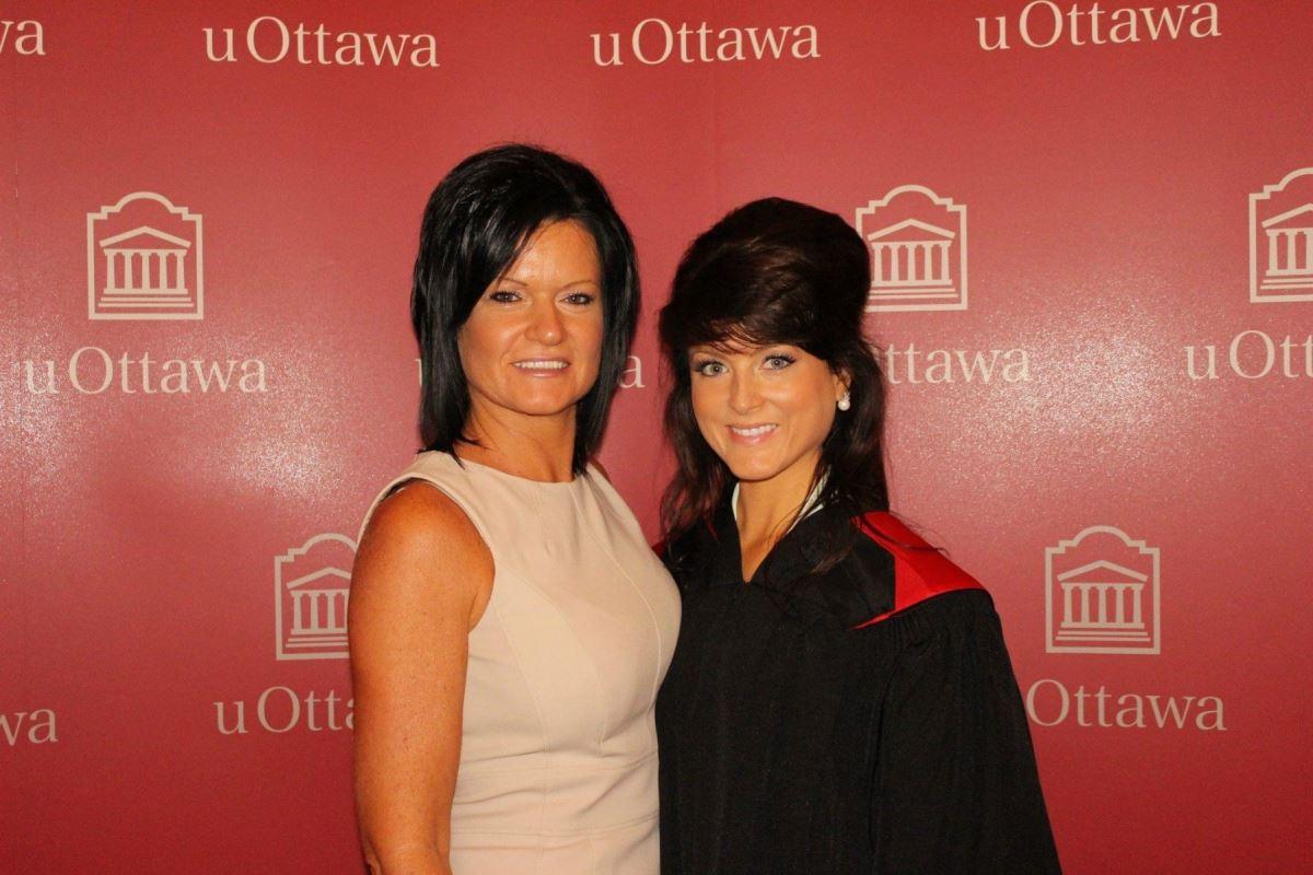 Très jeune, elle fréquente les milieux conservateurs. Elle étudie le droit à l'Université d'Ottawa et gradue en 2013. Sur la photo, Amanda Simard est accompagnée de sa mère, le jour de sa graduation.