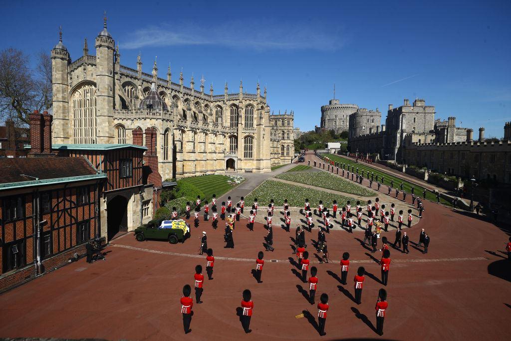 Des dizaines de gardes sont en formation aux abords du château de Windsor.