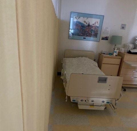 Un lit séparé par un rideau.