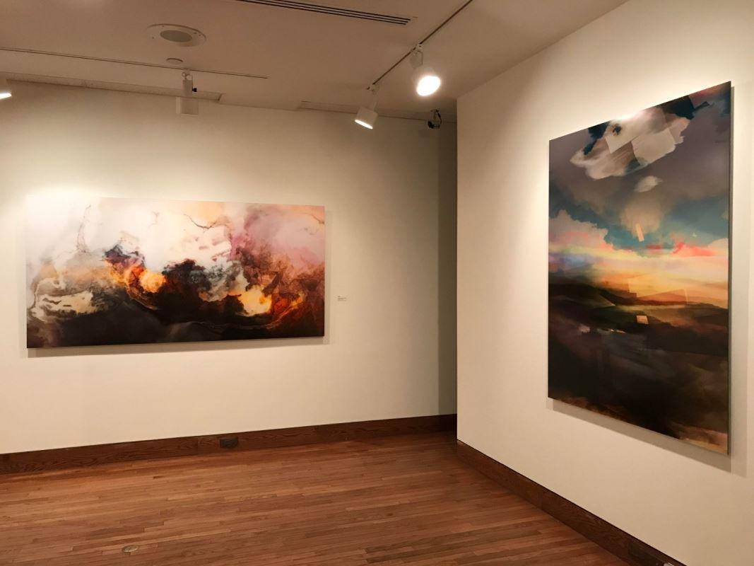Deux des œuvres abstraites d'Etienne Saint-Amant accrochées dans un coin du Musée.