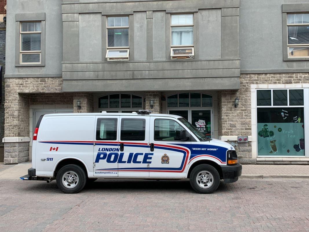 Un véhicule de police devant un immeuble.