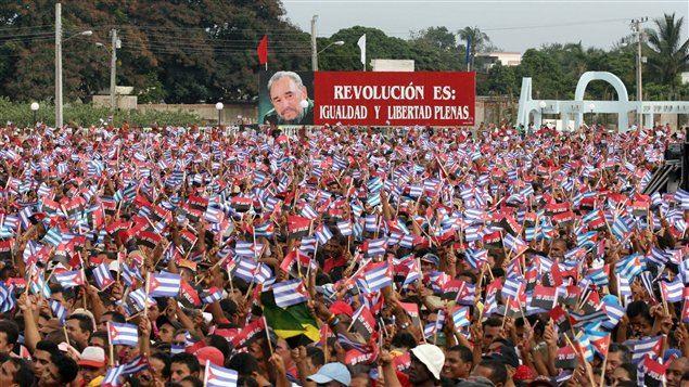 (26 juillet 2006) Des milliers de Cubains écoutent leur président durant une cérémonie commémorant le 53e anniversaire de l'assaut de la caserne de Moncada.