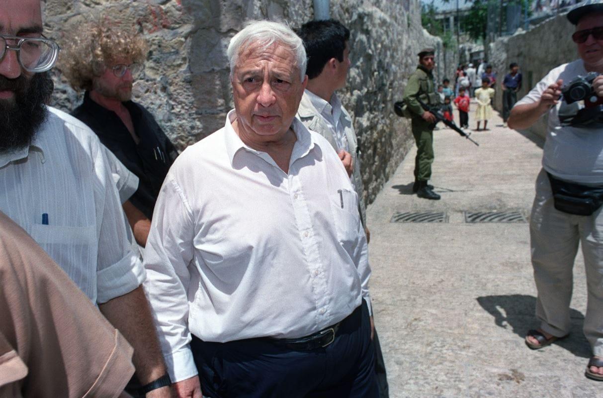 (31 mai 1992) Le ministre du Logement et de la Construction Ariel Sharon visite les quartiers arabes de la ville de Jérusalem durant les commémorations du 25e anniversaire de la « réunification » d'Israël, selon le calendrier juif.