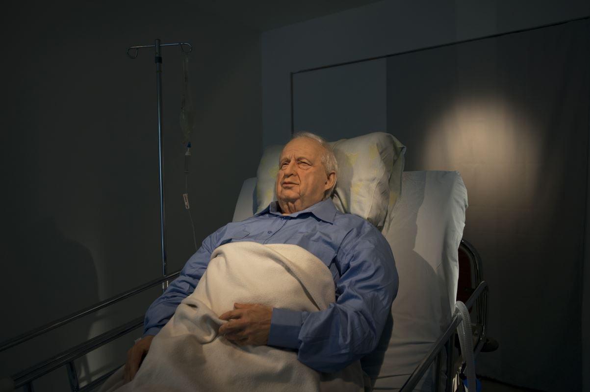 En 2010, une galerie d'art de Tel-Aviv montre une reproduction en trois dimensions de l'ancien premier ministre israélien sur son lit d'hôpital.