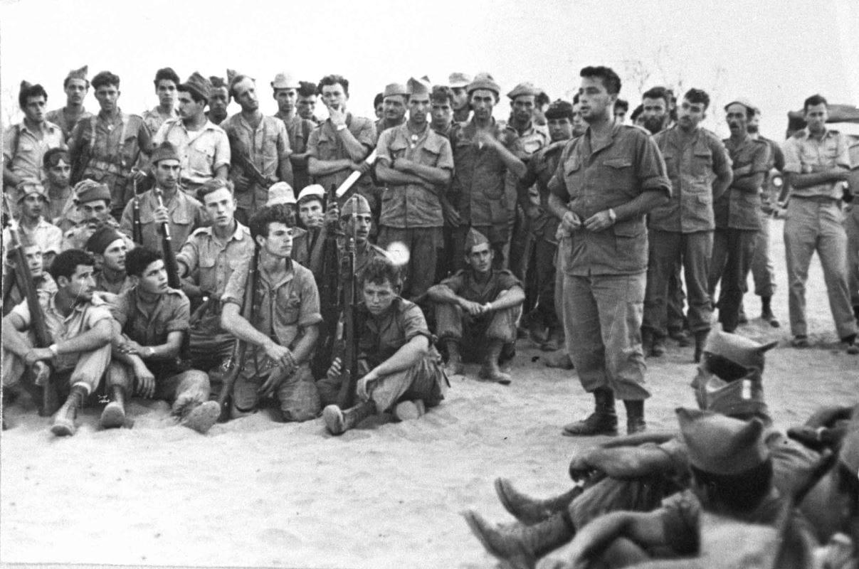 (28 novembre 1973) Pendant la guerre du Kippour,  le général israélien Ariel Sharon, commandant du front ouest du canal de Suez, donne des instructions à ses troupes.