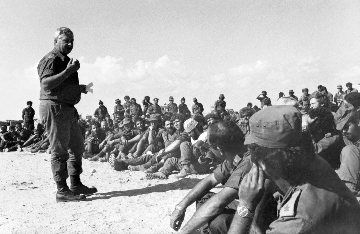 (30 août 1955) Ariel Sharon donne des directives à son unité de commandement 101, avant de partir pour une mission dans la ville de Khan Younès, dans la bande de Gaza.