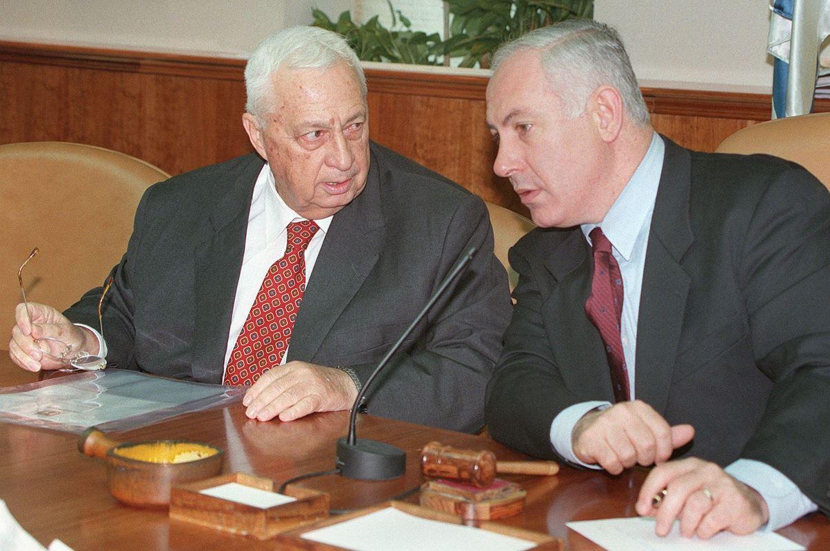 (19 novembre 1998) Le premier ministre israélien de l'époque Benyamin Nétanyahou discute avec son ministre des Affaires étrangères, Ariel Sharon.