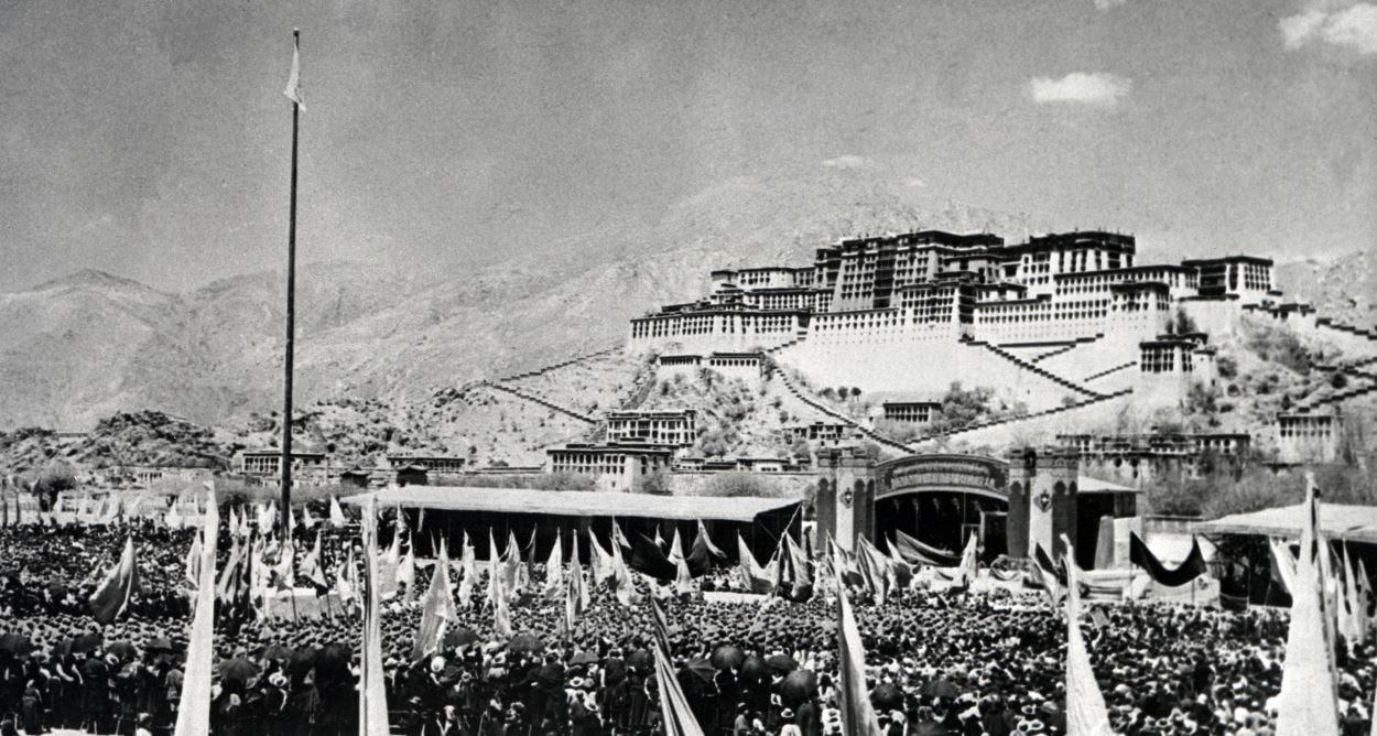 (10 mars 1959) Des milliers de Tibétains sont rassemblés devant le palais de Potala - la résidence du dalaï-lama -  durant la révolte du 10 mars 1959. L'échec de ce soulèvement mènera à l'exil de leur chef spirituel.