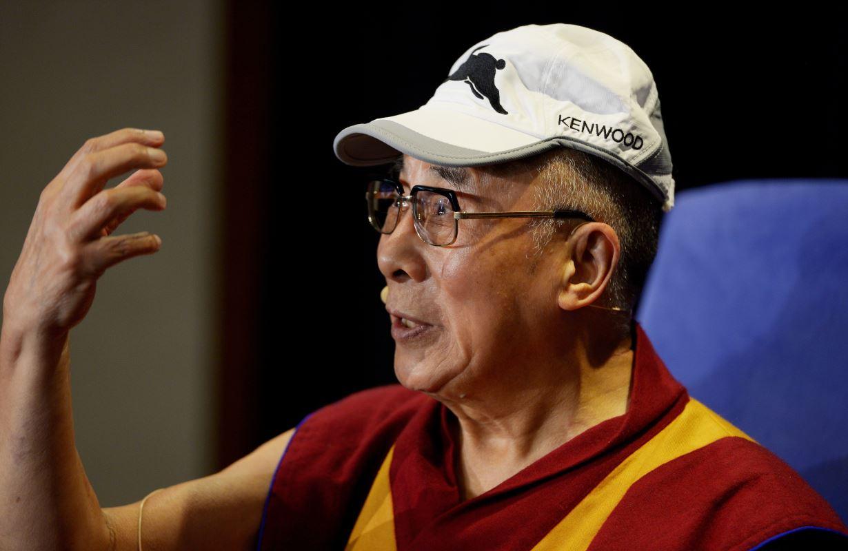 (13 juin 2013) Le dalai-lama porte une casquette de l'équipe de rugby Rabbitohs lors de son dernier séjour en Australie.