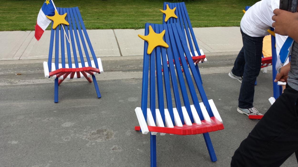 Des chaises aux couleurs de l'Acadie