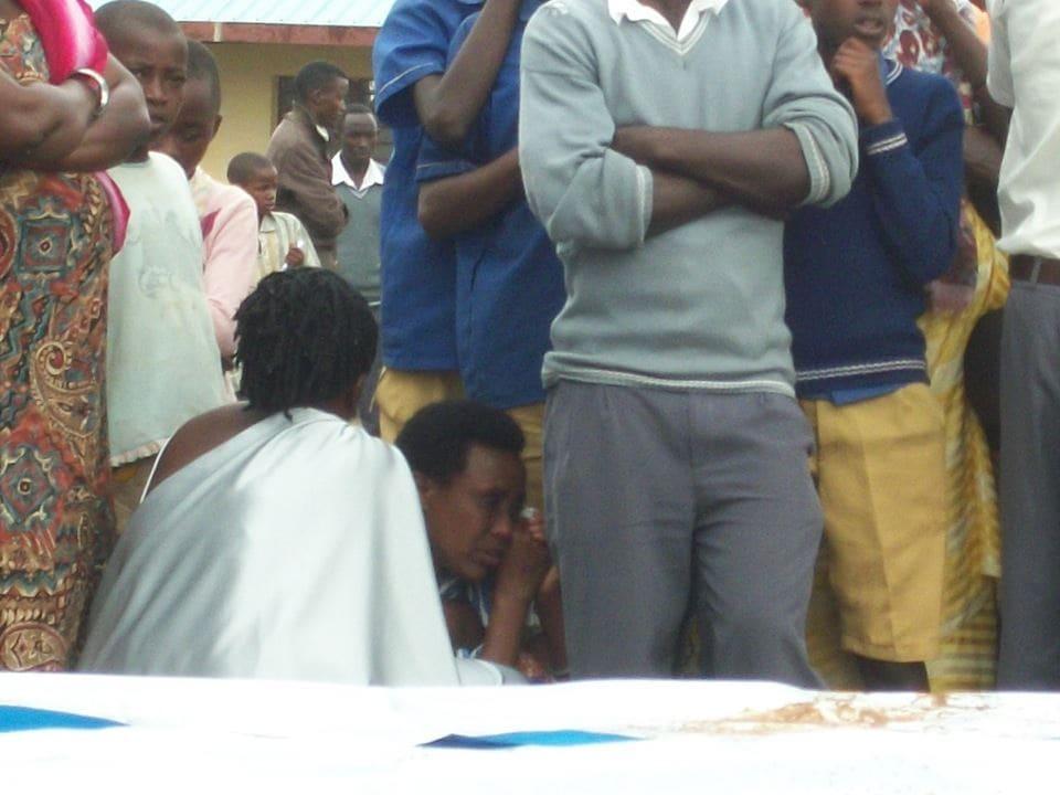 Cette femme s'est effondrée; elle a perdu son père, son frère et des oncles durant le génocide.