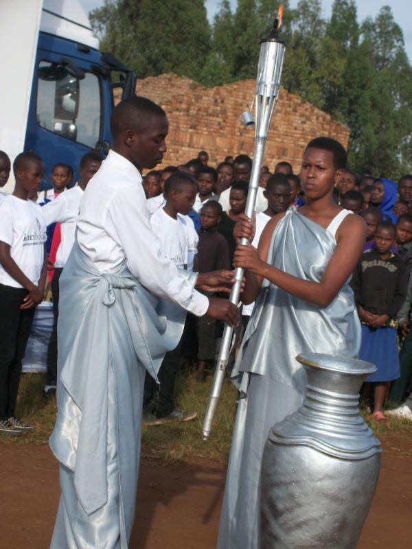 La flamme est portée par des jeunes qui sont nés en 1994, choisis pour incarner l'avenir du pays. Ils portent l'habit traditionnel des grandes occasions.
