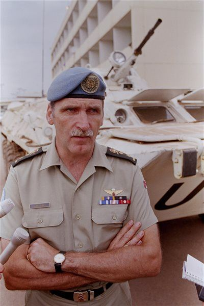 Le major général Roméo Dallaire à l'aéroport de Kigali le 1er août 1994. Il commandait alors la Mission d'assistance des Nations unies au Rwanda (MINUAR).
