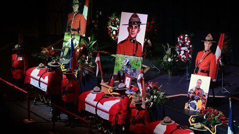Les cercueils des agents de la GRC Dave Ross, Douglas Larche et Fabrice Georges Gevaudan étaient exposés en chapelle ardente, le 9 juin, au Centre Wesleyan de Moncton.