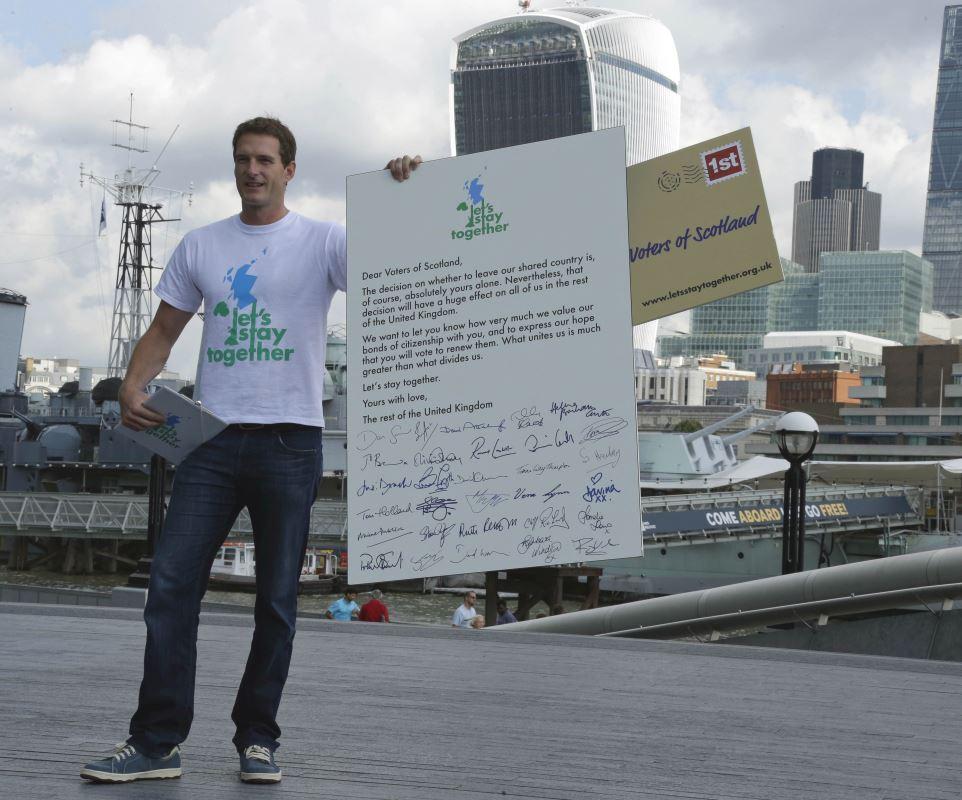 """Le présentateur de télévision britannique Dan Snow présente aux électeurs écossais une lettre de la campagne """"Let's Stay Together"""" pour leur demander de voter contre l'indépendance. Photo prise à Londres le 7 août 2014."""