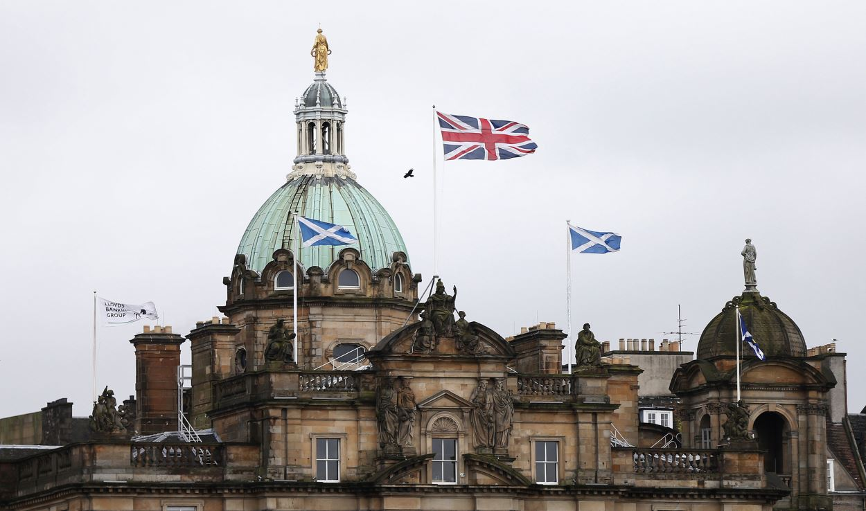Les drapeaux anglais et écossais flottent devant la banque anglaise Lloyds à Édimbourg.