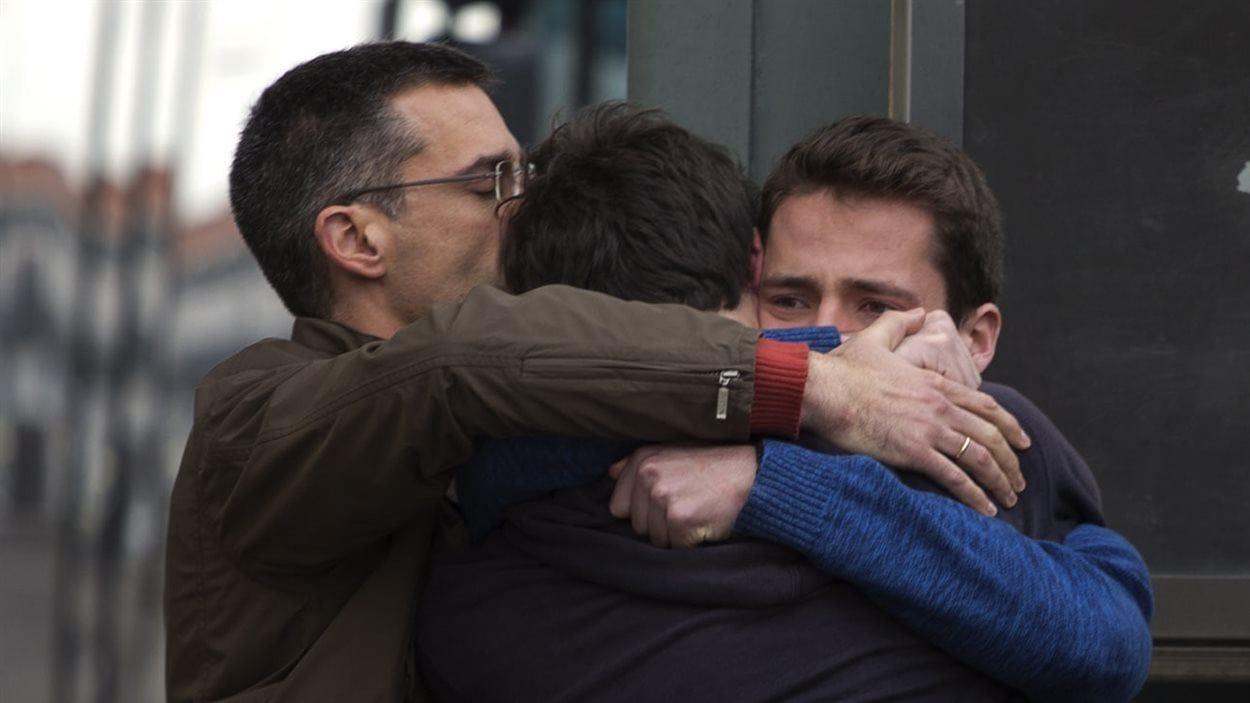 Scène émouvante à l'aéroport de Barcelone où l'on vient d'annoncer le crash de l'appareil de la Germanwings.