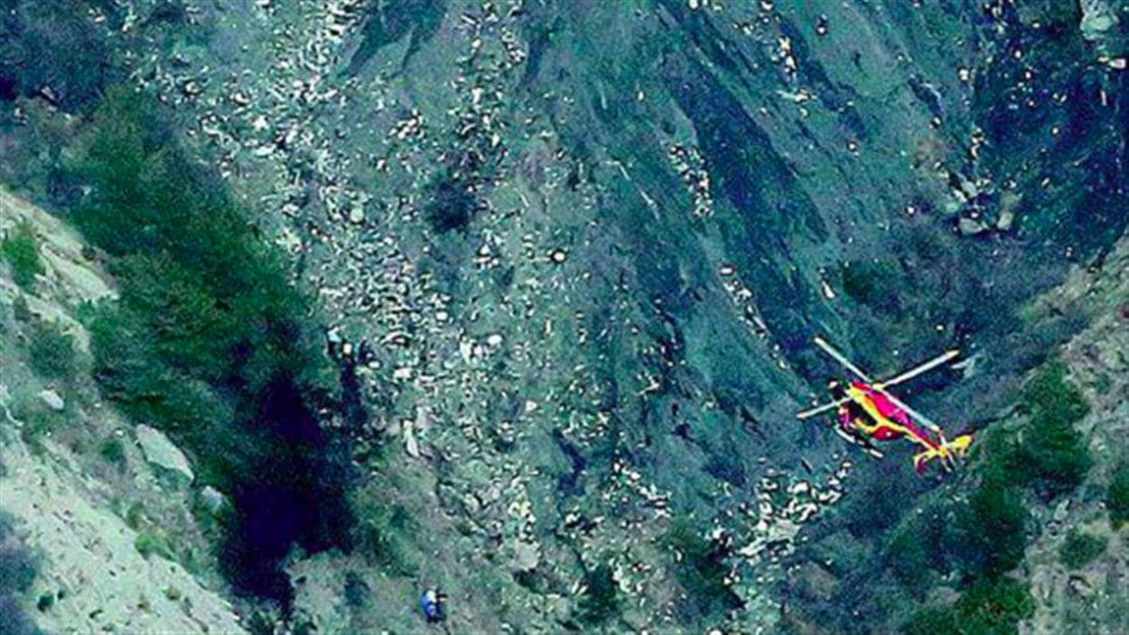 Photo montrant les débris de l'avion qui s'est écrasé dans les Alpes.