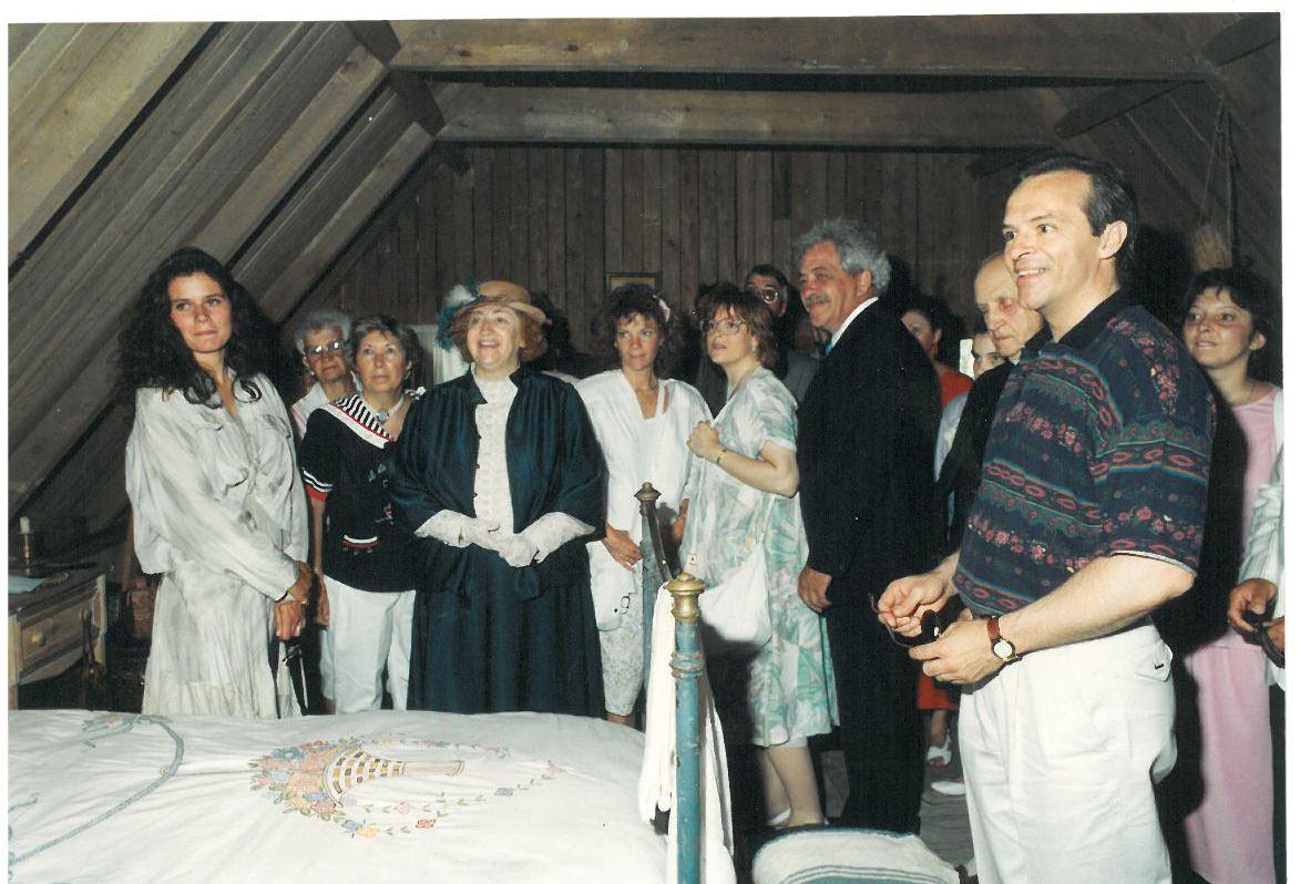 Les comédiens Marina Orsini (à gauche) et Germain Houde (à droite) à l'inauguration du Village d'Émilie