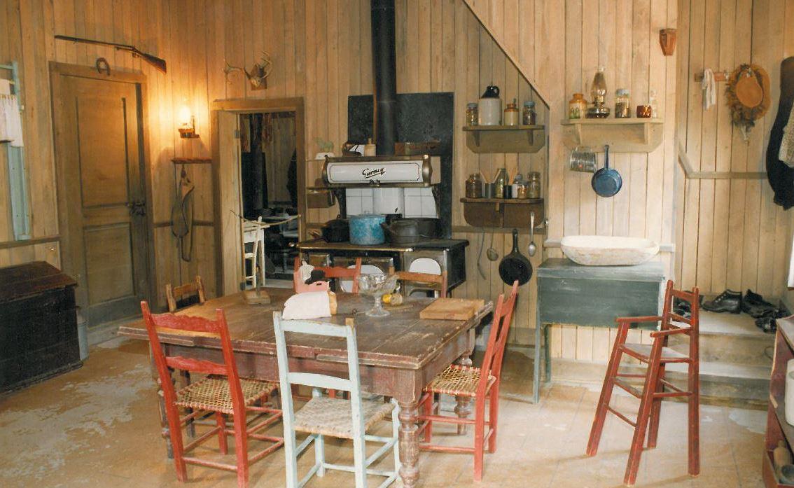 La cuisine d'une des maisons du Village d'Émilie