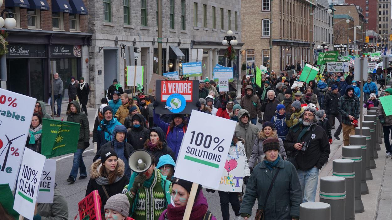 Ils étaient des milliers à demander d'adopter des mesures dans le dossier des changements climatiques, dimanche à Ottawa.